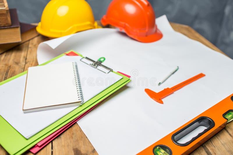 Стол инженер-строителя работая крепко на рабочий день с saf стоковое изображение