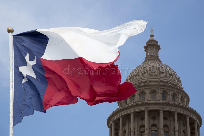Столица государства Техаса и развевая флаг стоковые фотографии rf