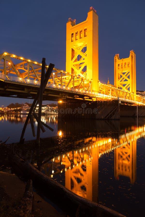 Столица Калифорния городской s Рекы Сакраменто моста башни стоковые изображения rf