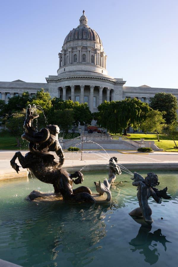 Столица Jefferson City фонтана строя городской горизонт стоковые фотографии rf