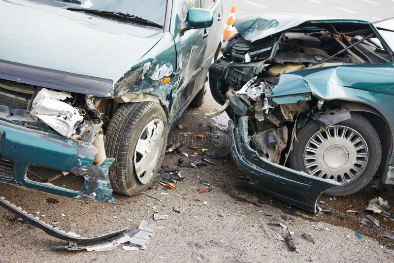 Столкновение автокатастрофы дороги в городской улице стоковое фото
