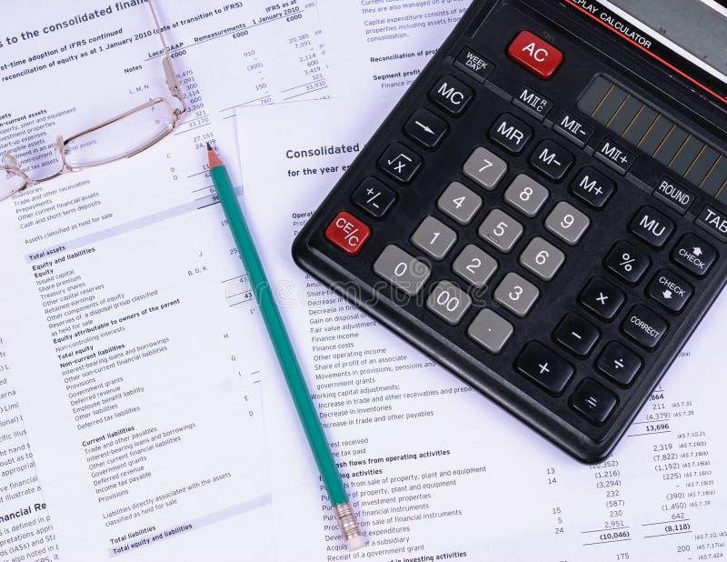 Стол офиса при бумаги лежа калькулятор и карандаш стоковые изображения rf
