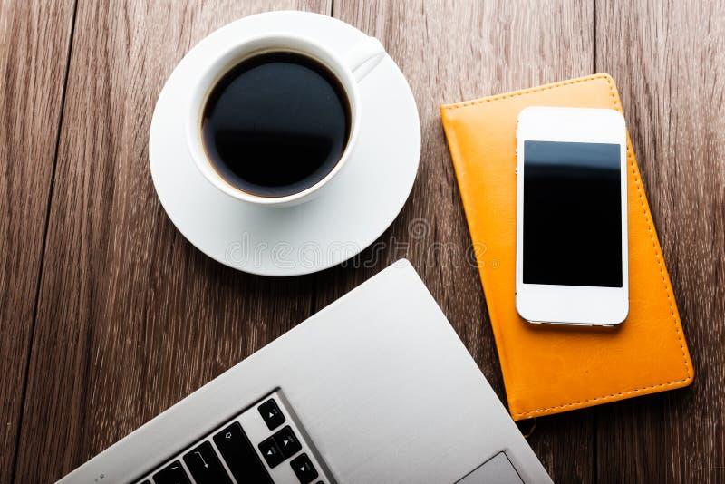 Стол офиса с портативным компьютером, плановиком, передвижным smartphone стоковые фотографии rf