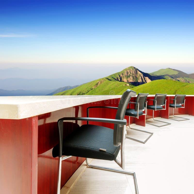 Download Столы переговоров и стулья на горе Стоковое Изображение - изображение насчитывающей встреча, горы: 37930093