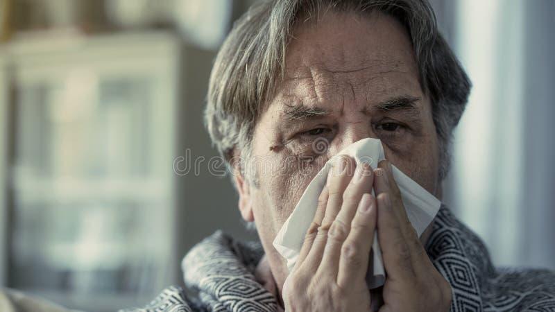 Страдание старшего человека от холода стоковые изображения