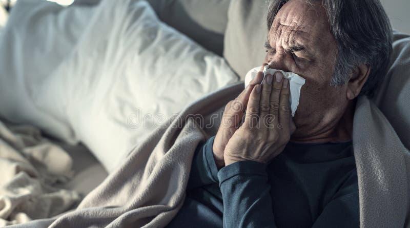 Страдание старшего человека от холода стоковые изображения rf