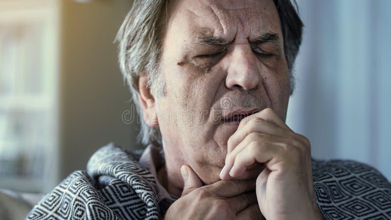 Страдание старшего человека от холода стоковое фото