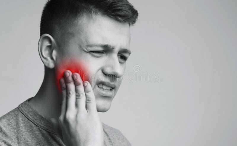 Страдание человека от сильной боли зуба, monochrome фото стоковое изображение rf