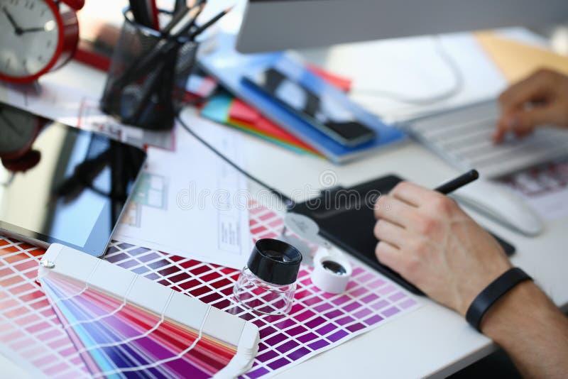 Страница бумаги печати теста с fantail и лупой дизайна теста цвета стоковые изображения rf