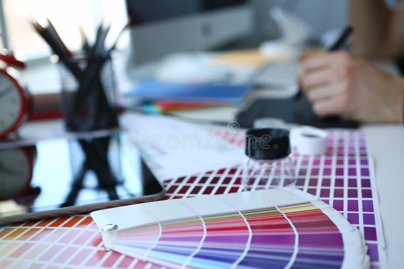 Страница бумаги печати теста с fantail и лупой дизайна теста цвета стоковые изображения