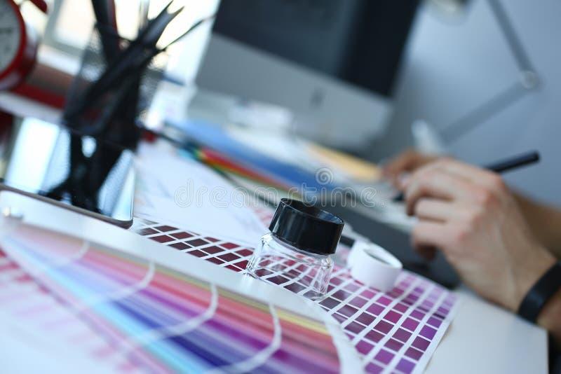 Страница бумаги печати теста с fantail и лупой дизайна теста цвета стоковые фото