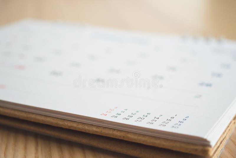 Страница календаря на деревянной предпосылке таблицы стоковая фотография rf