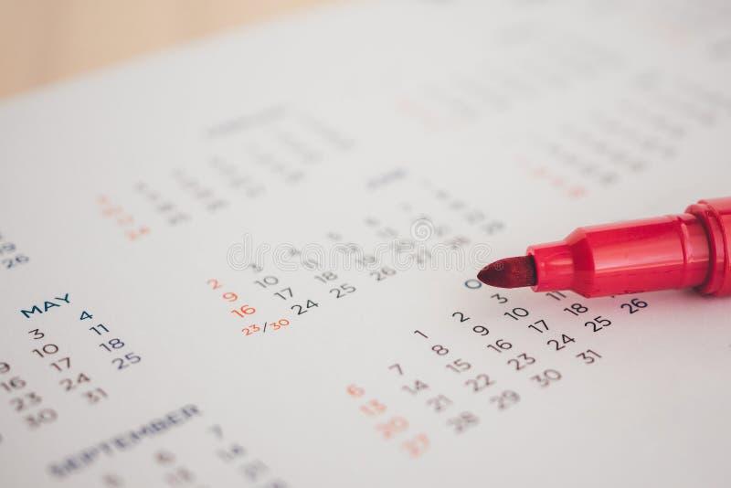 Страница календаря с красным концом ручки вверх стоковая фотография rf