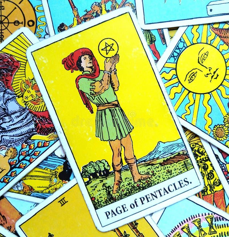 Страница карточки Tarot Pentacles ища/думая Achiever превосходных перспектив обилия успеха высокого направляя высокий честолюбивы стоковые фотографии rf