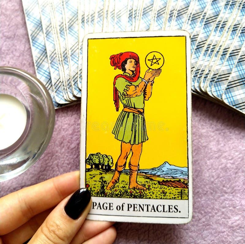 Страница карточки Tarot Pentacles ища/думая Achiever превосходных перспектив обилия успеха высокого направляя высокий честолюбивы стоковые изображения