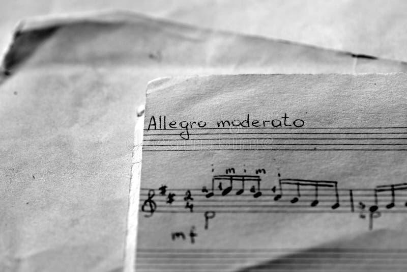Страница старой музыкальной тетради с примечаниями написанными рукой r стоковые изображения rf