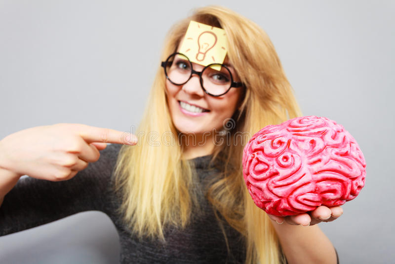 Странная женщина держа мозг имея идею стоковое изображение rf