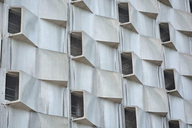 Странные окна на современном здании стоковые изображения rf