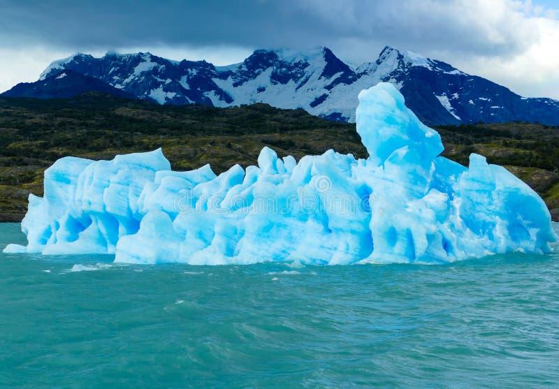 Странный небесный плавать айсберга стоковые изображения
