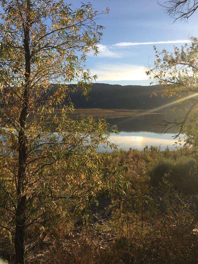 Странный свет в небе исчерчивая над озером Elsinore стоковые фотографии rf