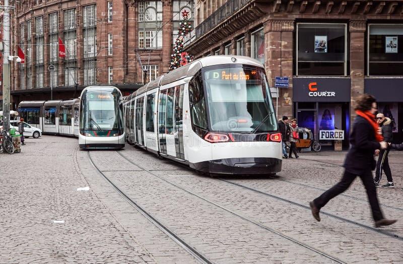 Страсбург, Франция - 28-ое декабря 2017: электрический поезд трамвая компании CTS общественного транспорта страсбурга бежать даль стоковые изображения rf