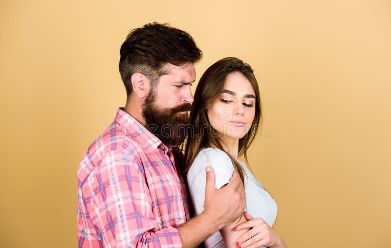 Страстная любовь сексуальная женщина и зверский парень с бородой пары страсти E бородатый хипстер человека с девушкой стоковые фотографии rf