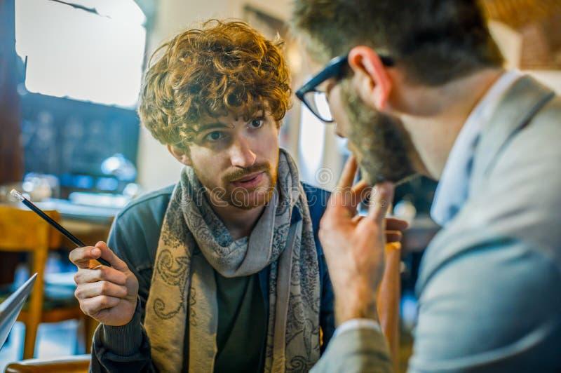 Стратегия человека говоря с клиентом или коллегой Группа в составе многонациональные люди имея встречу команды дела в ресторане стоковые изображения rf
