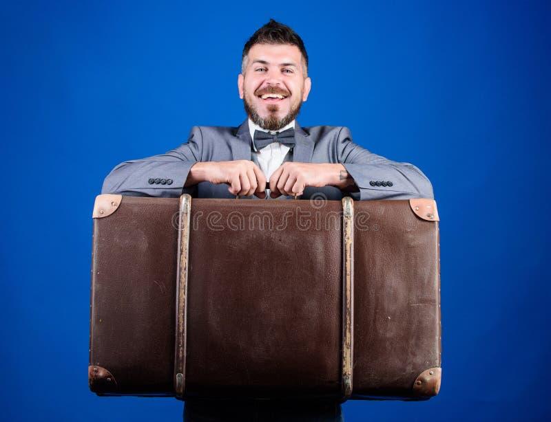 Страхование багажа Перемещение и концепция багажа Путешественник хипстера с багажем Человек хорошо выхолил бородатый хипстер с бо стоковая фотография