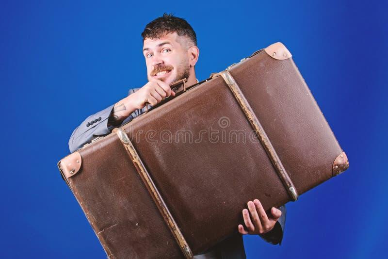 Страхование багажа Человек хорошо выхолил бородатый хипстер с большим чемоданом Примите все ваши вещи с вами Тяжелый чемодан стоковые изображения rf