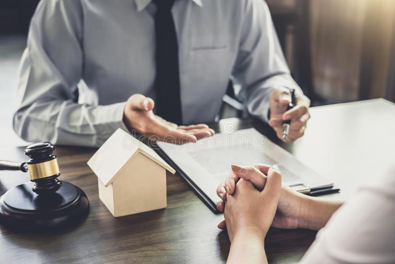Страхование ипотечного кредита, мужской юрист или судья советуют с с клиентом стоковые изображения