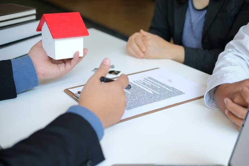 Страховой брокер юриста советуя с дающ юридический совет клиенту пар о покупая арендуя доме финансовый советник с стоковые изображения