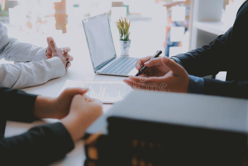 Страховой брокер юриста советуя с дающ юридический совет клиенту пар о покупая арендуя доме финансовый советник с стоковые изображения rf