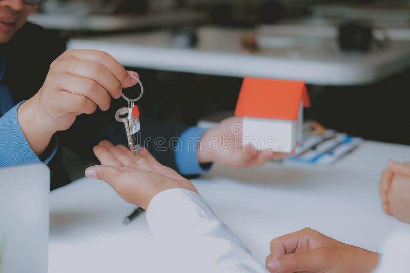 Страховой брокер юриста советуя с дающ юридический совет клиенту пар о покупая арендуя доме финансовый советник с стоковое изображение
