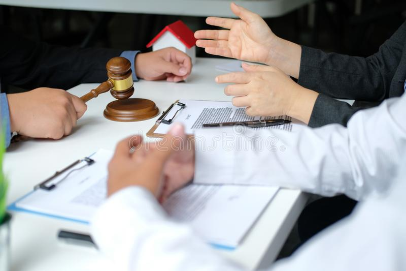 Страховой брокер юриста советуя с дающ юридический совет клиенту пар о покупая арендуя доме финансовый советник с стоковая фотография