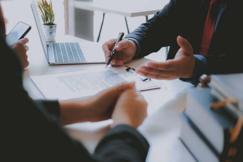 Страховой брокер юриста советуя с дающ юридический совет клиенту пар о покупая арендуя доме финансовый советник с стоковые фото