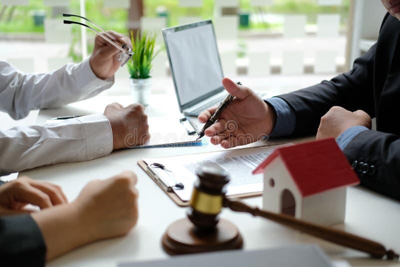 Страховой брокер юриста советуя с дающ юридический совет клиенту пар о покупая арендуя доме финансовый советник с стоковое изображение rf