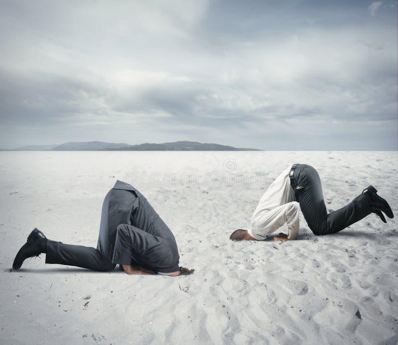 Страх кризиса с бизнесменом любит страус стоковые фотографии rf