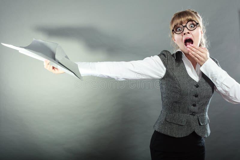 Страх мухы Женщина держа самолет в руке стоковое изображение rf