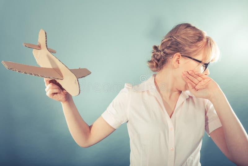 Страх мухы Женщина держа самолет в руке стоковое изображение