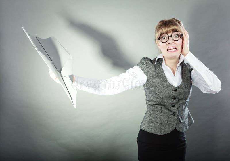 Страх мухы Женщина держа самолет в руке стоковая фотография rf