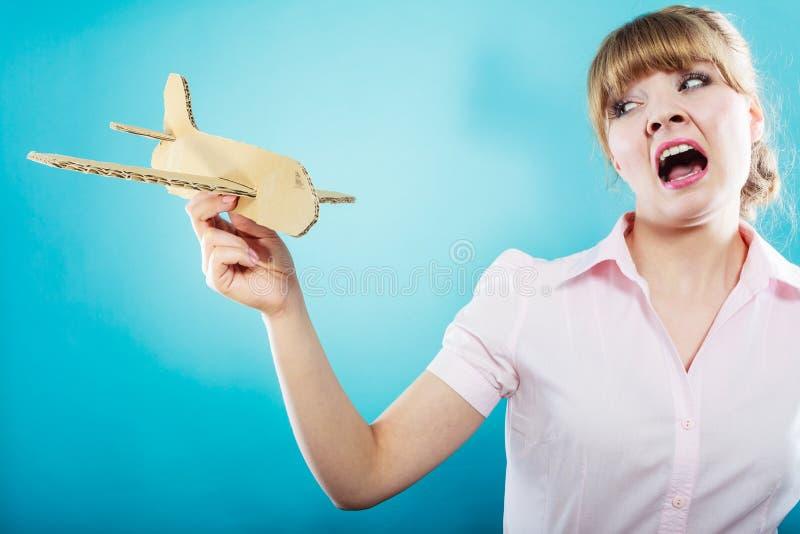 Страх мухы Женщина держа самолет в руке стоковое фото