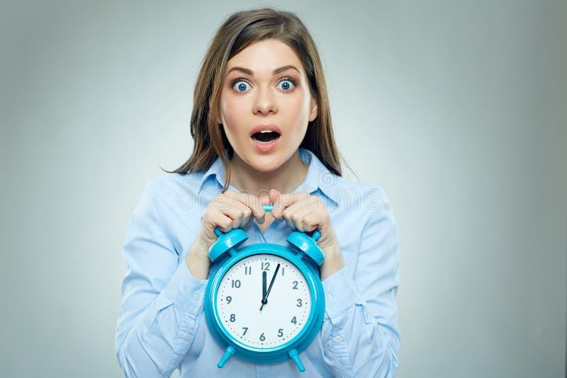 Страх на стороне бизнес-леди держа будильник стоковое изображение rf