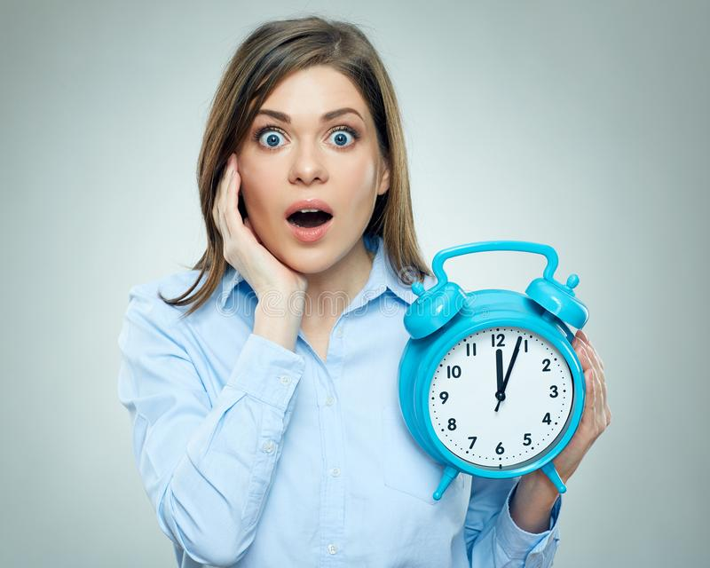 Страх на стороне бизнес-леди держа будильник стоковое фото rf