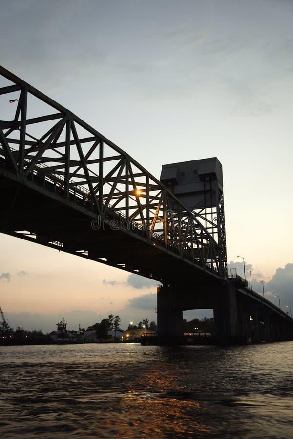 страх плащи-накидк моста над рекой стоковые фото