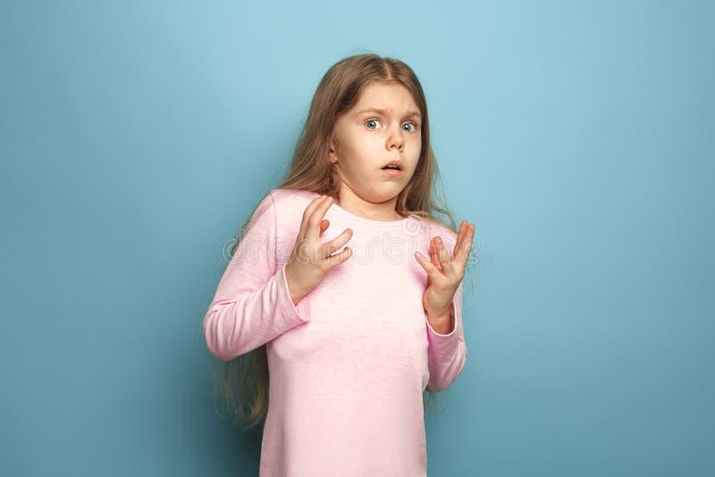 Страх Предназначенная для подростков девушка на голубой предпосылке Концепция эмоций выражений лица и людей стоковые изображения rf