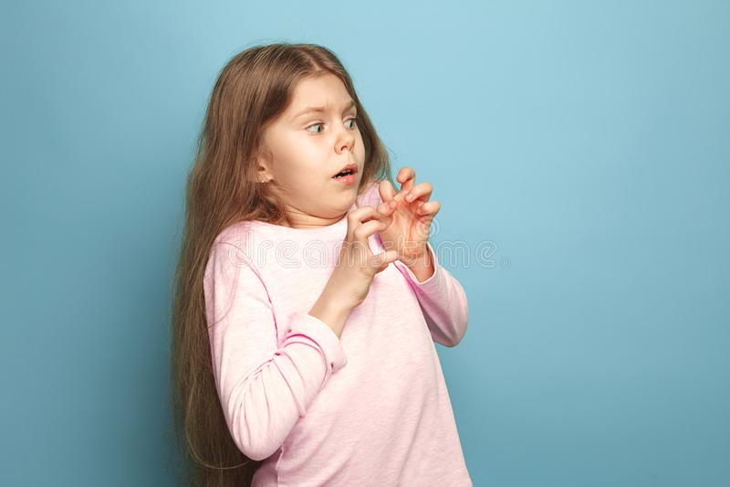 Страх Предназначенная для подростков девушка на голубой предпосылке Концепция эмоций выражений лица и людей стоковое изображение rf