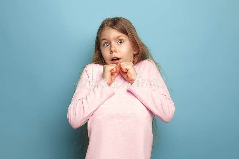 Страх Предназначенная для подростков девушка на голубой предпосылке Концепция эмоций выражений лица и людей стоковая фотография rf