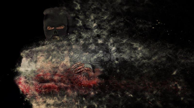Страх призрака мешка и тема хеллоуина: страшная убийца в маске дальше стоковое фото rf