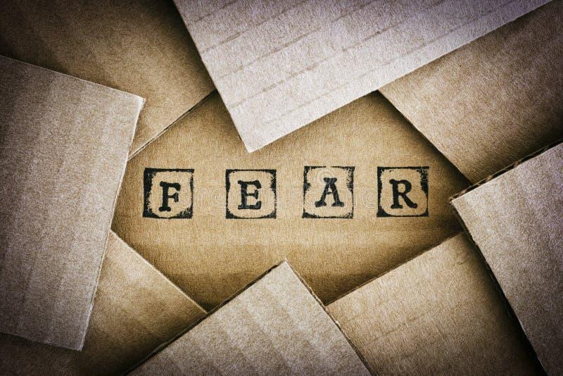 Страх слова делает черными штемпелями алфавита на картоне стоковое фото