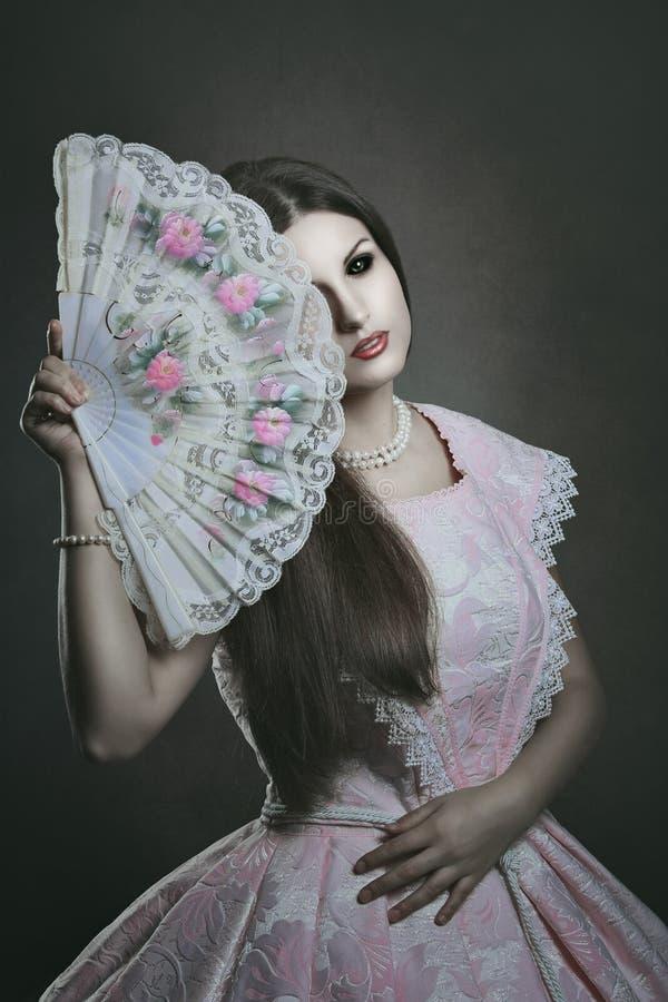 Страшная бледная кукла с подбитыми глазами стоковые изображения rf